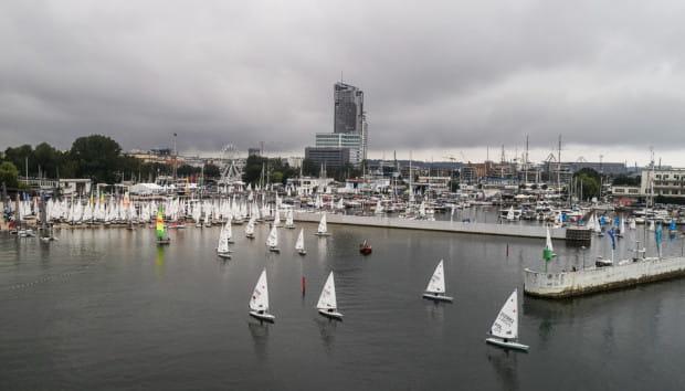 Najmłodsi żeglarze w klasie Optimist zainaugurowali Volvo Gdynia Sailing Days 2020. Obowiązują ograniczenia sanitarne. Miasteczko regat zamknięte jest dla osób z zewnątrz.