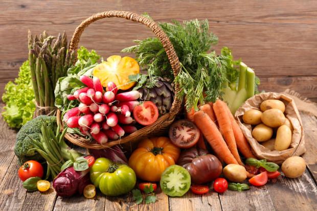 Jeśli chcemy zaoszczędzić na zdrowym żywieniu, powinniśmy wybierać sezonowe owoce i warzywa. Dobrym pomysłem jest także ich mrożenie.