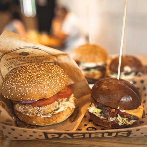 Każdą pozycję z menu burgerowego w Pasibusie można podmienić na kotlet warzywny lub smażony ser.