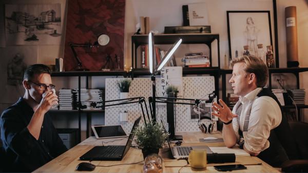 Podcast Szkicownik został założony razem ze znanym ilustratorem, Tomaszem Chistowskim. Z rozmowy na temat digital paintingu i pracy w tej w branży można dowiedzieć się m.in. jakie są stawki, jak się zarabia w Polsce, a jak za granicą, jak współpracować z klientami, czy warto założyć firmę, pracując na zlecenie w digital paintingu, czy lepszą formą zatrudnienia będzie umowa o dzieło?