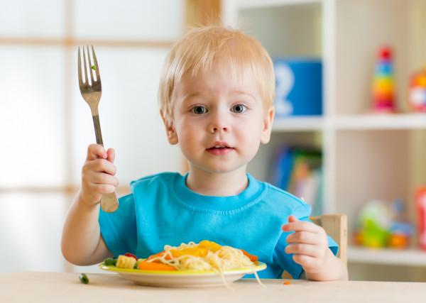 """Sposób odżywiania dziecka przez jego pierwsze trzy lata jest szczególnie ważny, ponieważ wtedy następuje """"programowanie"""" metabolizmu, które wpływa na całe jego późniejsze życie."""