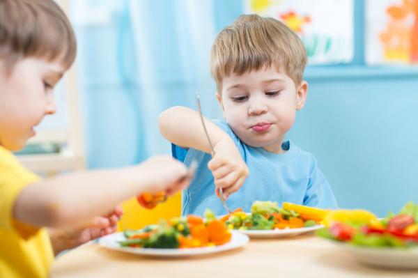 Metoda BLW, po polsku Bobas Lubi Wybór, polega na takim sposobie jedzenia, że to dziecko decyduje, co z zaproponowanych mu pełnowartościowych produktów ma zamiar zjeść i w jakiej ilości.
