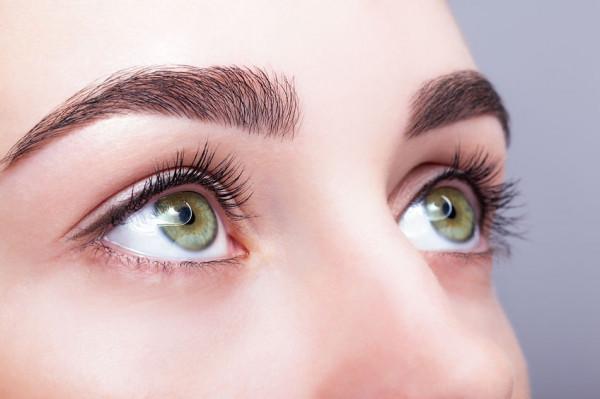 Brwi podkreślają oprawę oczu i twarz, dlatego zabiegi kosmetyczne na brwi stają się coraz bardziej popularne.
