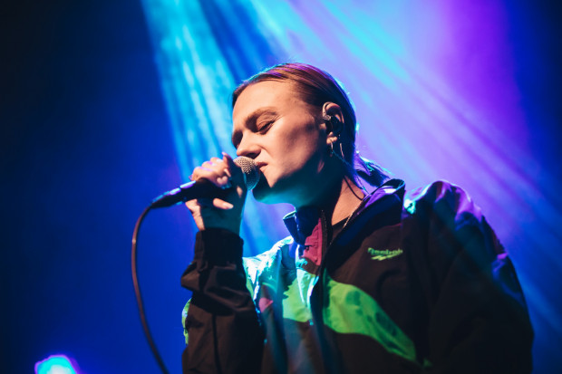 Koncert Rosalie odbędzie się w odświeżonej przestrzeni Plener 33, przylegającej do Ulicy Elektryków. Na zdjęciu: piosenkarka podczas koncertu w Starym Maneżu, 2019 r.