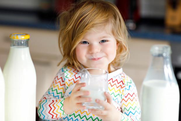 Nie ma potrzeby przy dobrze zbilansowanej, pełnowartościowej diecie nadal podawać dziecku, które skończyło już pierwszy rok życia, mleka modyfikowanego.