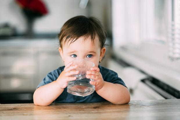 Dzieci, którym podajemy wodę zamiast innych napojów, nie będą miały z jej piciem problemu w późniejszym wieku, ponieważ wejdzie im to w nawyk.