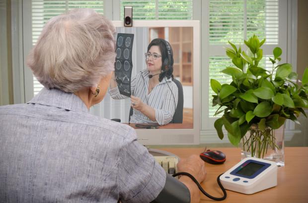 Wielu lekarzy POZ tak polubiło teleporady, że z powrotem do tradycyjnych wizyt im się nie spieszy. Tymczasem pacjenci tęsknią nie tylko za osobistym kontaktem z lekarzem, ale i za możliwością ponarzekania na system ochrony zdrowia w poczekalni.