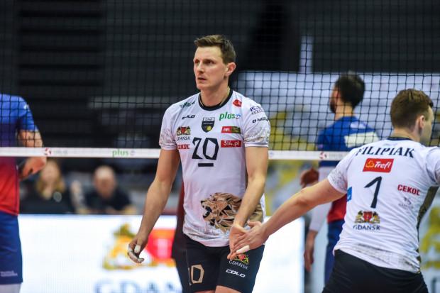 Wojciech Grzyb (nr 20) zakończył karierę siatkarską po sezonie 2019/20. Pozostał jednak w Treflu Gdańsk i jako trener objął zespół młodzieżowy. Wobec okrojonej przez koronawirus drużyny, wrócił do składu, by wesprzeć pierwszy zespół w turnieju w Suwałkach.