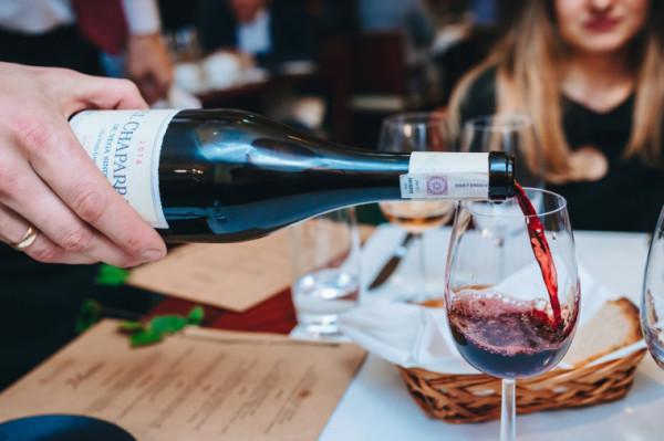 Uważa się, że białe mięsa wymagają podania win białych, a mięsa czerwone - win czerwonych. A co z innymi potrawami? Podczas Wine Fest sommelierzy przybliżą podstawowe zasady podawania win.