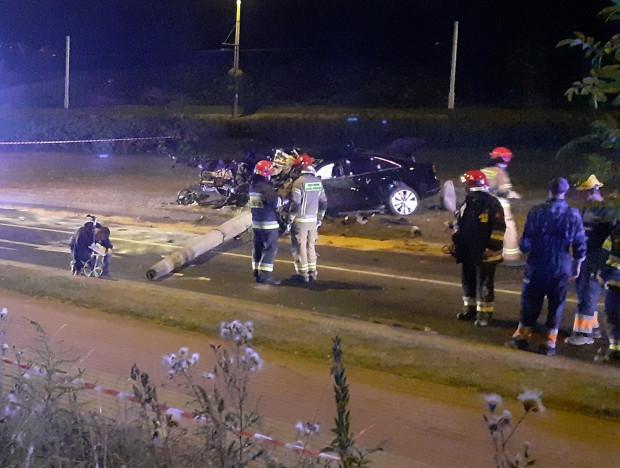Auto uderzyło w słup. Kierowca samochodu nie przeżył - mimo reanimacji.