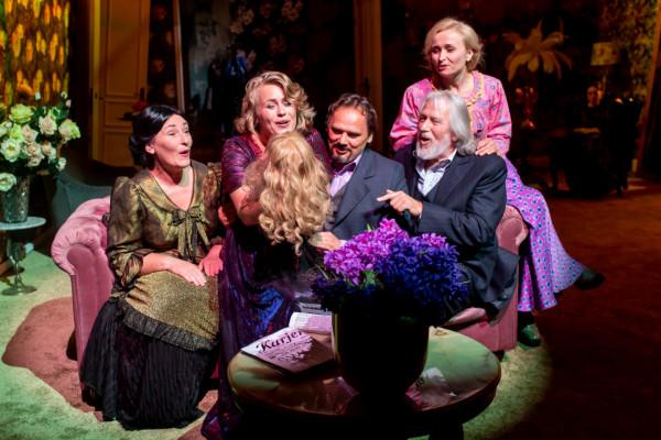 """Szczęśliwa, kochająca się rodzina - taki obraz siebie starają się wykreować bohaterowie """"Żabusi"""" Teatru Wybrzeże, której premiera odbyła się 22 sierpnia na Scenie Letniej w Pruszczu Gdańskim."""