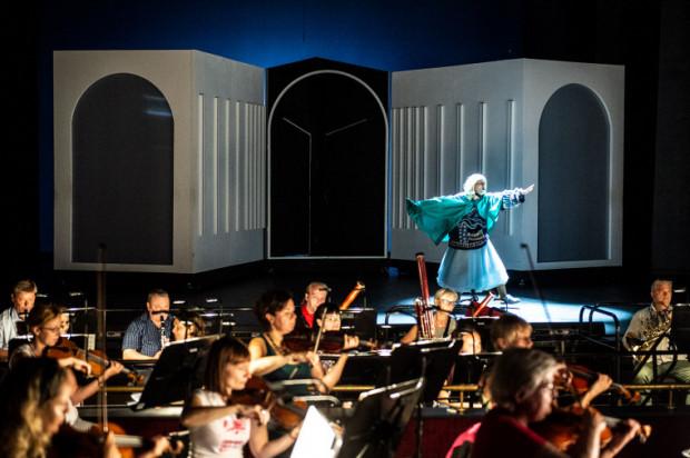 Orkiestra nie siedziała w orkiestronie, tylko na scenie. Akcja rozgrywała się za plecami muzyków. Na zdj. podczas próby.