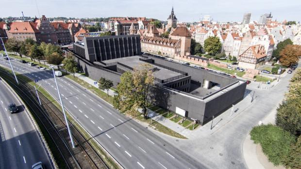Scenografię i tło dla działań artystycznych stanowić będzie mur Gdańskiego Teatru Szekspirowskiego, który posłuży do metaforycznego ukazania roli wolności i solidarności w życiu jednostek i społeczeństw, nawiązując jednocześnie do 40. rocznicy Sierpnia '80.