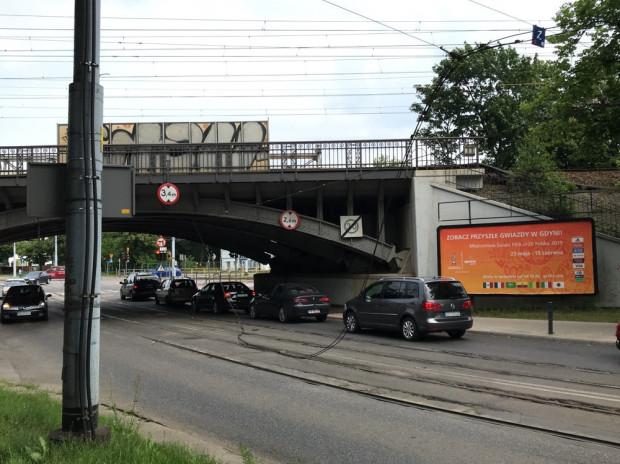 Zerwanie trakcji nierzadko oznacza paraliż części miasta. Stoją wówczas samochody i tramwaje.