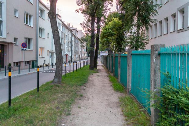 Przedept wzdłuż ogrodzenia szpitala MSWiA.