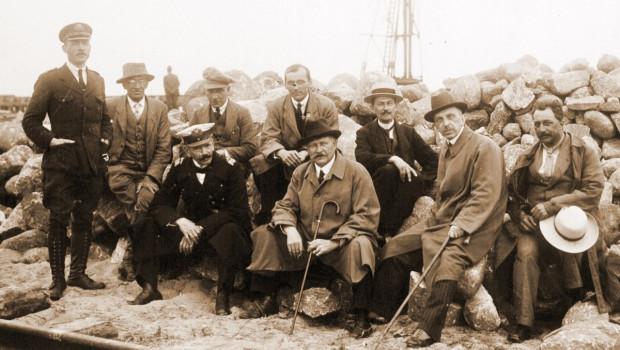 Tadeusz Wenda ze współpracownikami podczas budowy portu w 1921 roku.