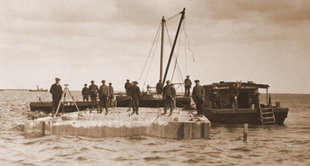 Budowa Portu Gdyni prowadzona była przez Tadeusza Wendę mimo permanentnego braku pieniędzy na materiały i pensje robotników.