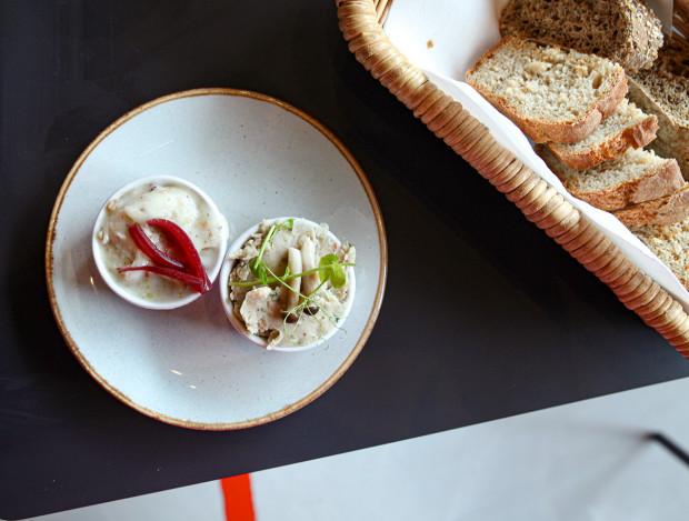 Czekadełko: smalczyk tradycyjny i wegański z fasoli z chlebem z domowego wypieku.