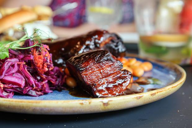 Żebro BBQ z potrawką z fasoli i czerwonym coleslawem.