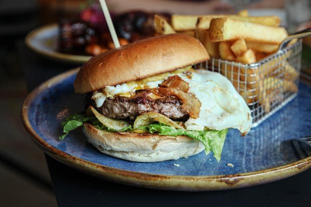Pop in Burger: burger z wołowiną, serem cheddar, boczkiem, jajkiem sadzonym, konfiturą z cebuli, chipsami ziemniaczanymi i musztardą jabłkową.