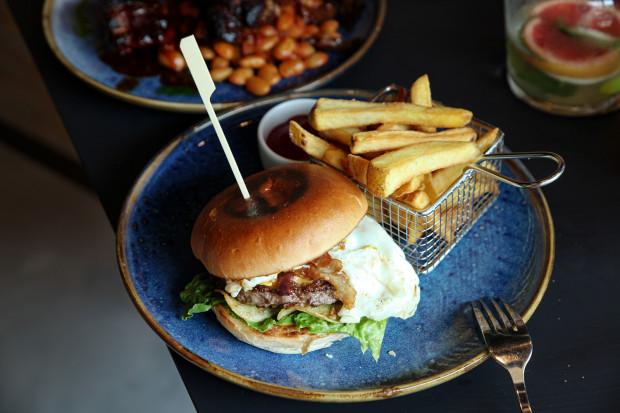 """W kolejnym odcinku cyklu """"Jemy na mieście"""" odwiedzamy restaurację Pop In w Gdyni. To miejsce, w którym rządzi kuchnia amerykańska."""