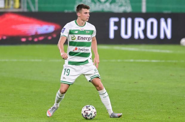 Karl Fila (na zdjęciu) udanie zaczął sezon 2020/21. W dwóch meczach Lechia nie straciła gola, obrońca zdobył bramkę i dwie asysty, a teraz otrzymał powołanie do kadry młodzieżowej razem z klubowym kolegą Tomaszem Makowskim.