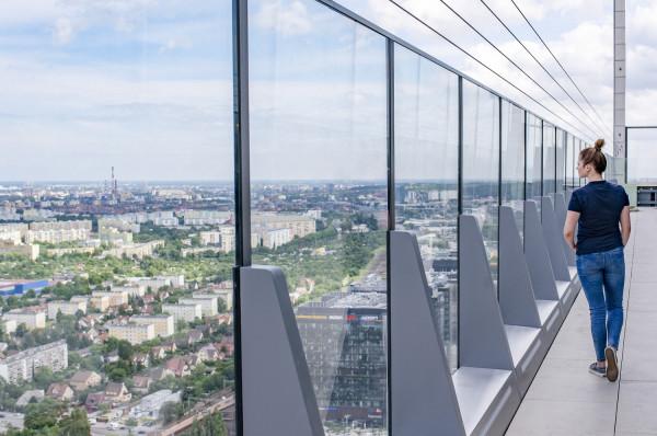Na 32. piętrze biurowca Olivia Star, na wysokości 130 metrów, znajduje się taras widokowy.