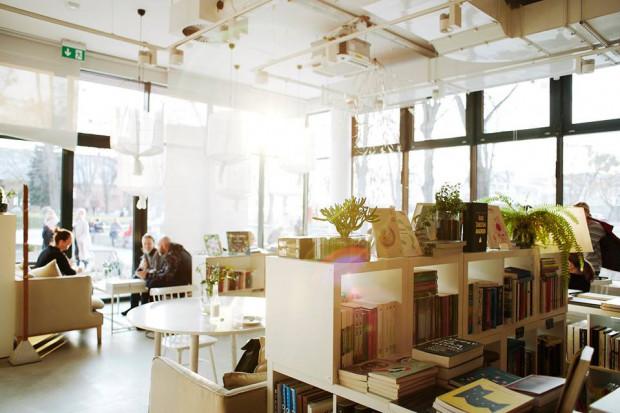 Kawiarnia jest sercem Sztuki Wyboru - wokół niej stworzone zostały: księgarnia, galeria sztuki, sklep z polskim wzornictwem i miejsce spotkań.