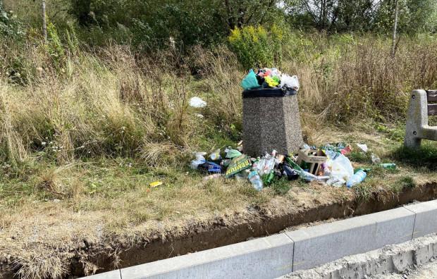 Wszystkie śmietniki przy zbiorniku retencyjnym na Zakoniczynie, gdzie trwa miejska inwestycja, ostatnio wyglądają tak.
