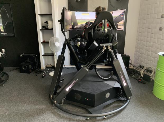 Nowoczesny symulator pracuje na hydraulicznych siłownikach w aż sześciu wymiarach.