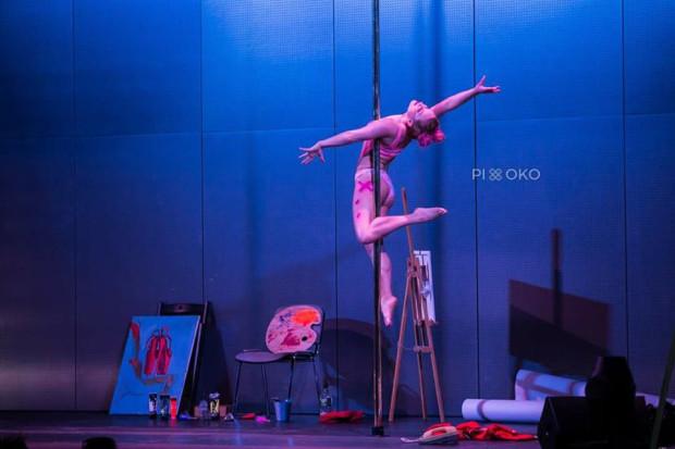 Pole dance, czyli taniec przy użyciu drążka pionowego. Skupia się na pozach, w których sporą rolę odgrywają rozciągnięcie oraz siła tancerza.