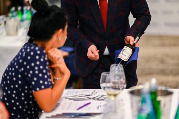 Każdemu daniu towarzyszyły cztery specjalnie wybrane na tę okazję wina. Zanim jednak goście przekonali się, jak udane lub nie jest to połączenie, liderzy grup opowiedzieli pokrótce o swoim wyborze i zachwalili jego zalety.