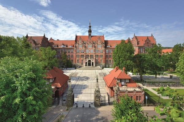 Politechnika Gdańska w pierwszym miesiącu roku akademickiego wprowadzi nauczanie hybrydowe - czyli stacjonarne i zdalne.