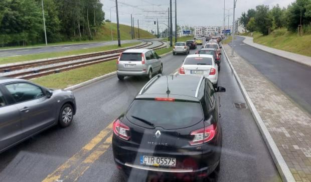 Zakończenie przebudowy skrzyżowania powinno znacznie zmniejszyć korki, które tworzą się w jego okolicy w godzinach szczytu. Na zdjęciu al. Adamowicza w kierunku skrzyżowania z ul. Jabłoniową.