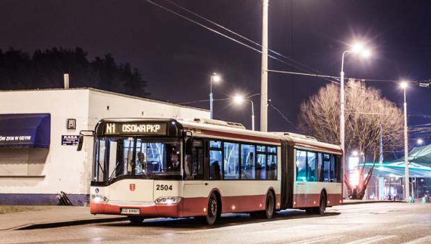 Weekendowy, nocny kurs linii N1 przekracza granice Gdańska. Kierowca nocnej linii pokonuje jednorazowo najdłuższą trasę w gdańskiej komunikacji.