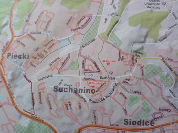 Czerwoną gwiazdką są zaznaczone oba wzniesienia Suchańskiej Góry - jedno przy szkole podstawowej, drugie przy dzielnicowym deptaku.