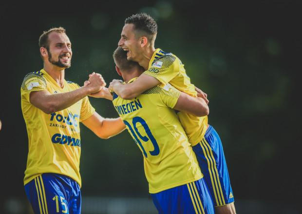 Juliusz Letniowski, który w drugim meczu z rzędu strzelił dla Arki Gdynia dwa gole, przyjmuje w Wodzisławiu Śląskim gratulacje od Bartosza Kwietnia i Arkadiusza Kasperkiewicza.
