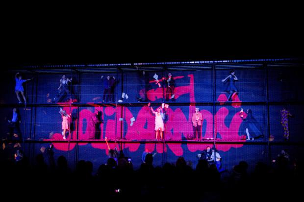 Oprócz artystów Transgatunkowego Teatru Sfinks widzowie podziwiali projekcje wideo z elementami mappingu 3D, pełne odniesień do lat 80. XX wieku.