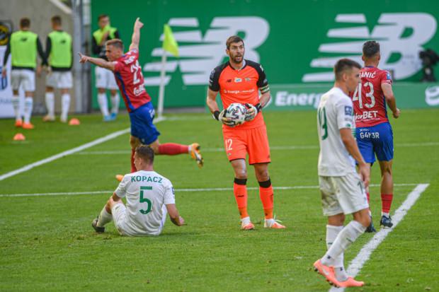 Vladislavs Gutkovskis strzelił Lechii Gdańsk dwa gole, a Raków Częstochowa po raz trzeci z rzędu pokonał w ekstraklasie biało-zielonych.