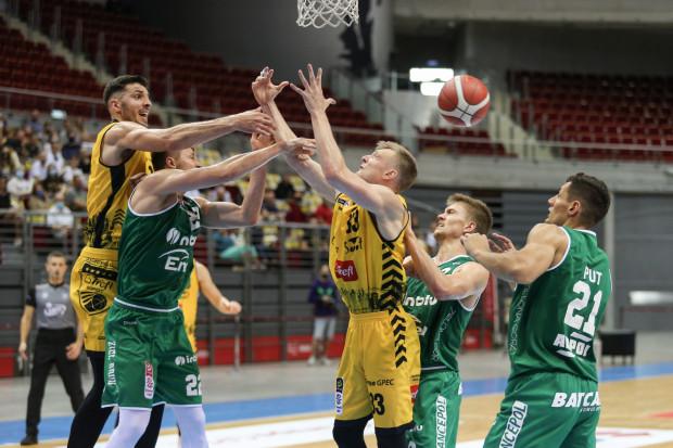 Koszykarze Trefla Sopot (żółte stroje) i Stelmetu Zielona Góra (zielone stroje) stoczyli zacięty bój, ale zwycięsko z niego wyszli ci drudzy.