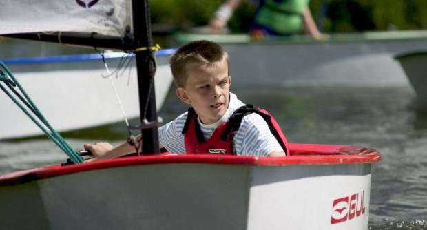 Sam sobie sterem, żeglarzem i okrętem - niektórzy te marzenia spełniają już za młodu.