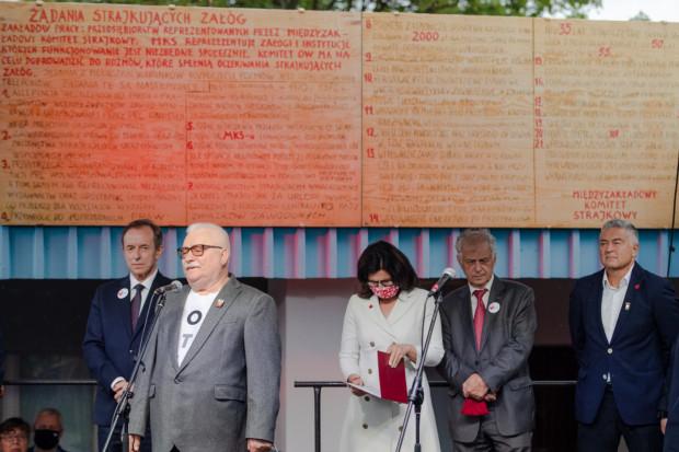 Tomasz Grodzki i Lech Wałęsa przemawiali na tle tablic z 21 postulatami.  - To nie mieści się w głowie, że chcą nam je zabrać - powiedział Wałęsa.