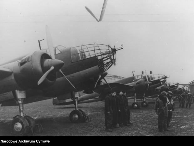 """Załogi samolotów PZL-37 """"Łoś"""" przy maszynach. 1939 r."""