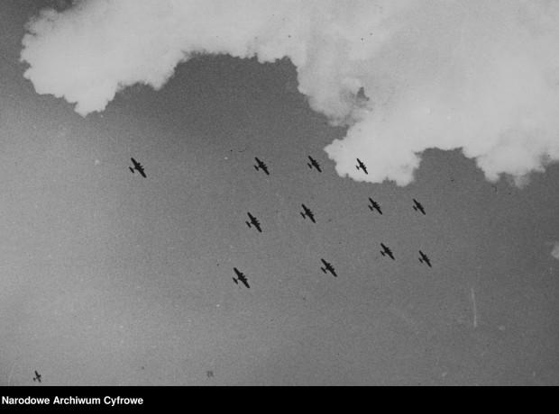 Eskadra bombowców PZL-37 Łoś w locie pokazowym. W środkowym rzędzie oraz 2. z prawej w górnym i 2. z lewej w dolnym lecą samoloty w wersji PZL-37B, pozostałe w wersji PZL-37A.