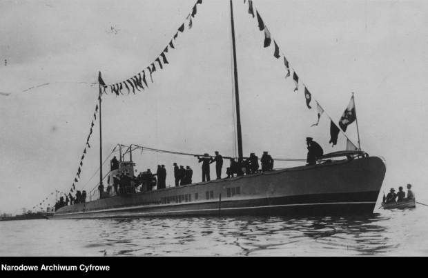 """Okręt podwodny ORP """"Wilk"""" udekorowana różnymi banderami."""