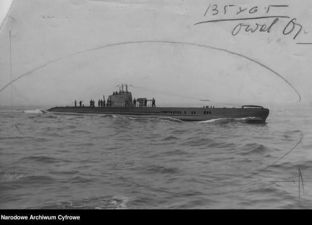 """Okręt podwodny """"Żbik"""" na morzu. To na jego minie zatonął jedyny we wrześniu niemiecki okręt, zniszczony przez polskie siły zbrojne."""