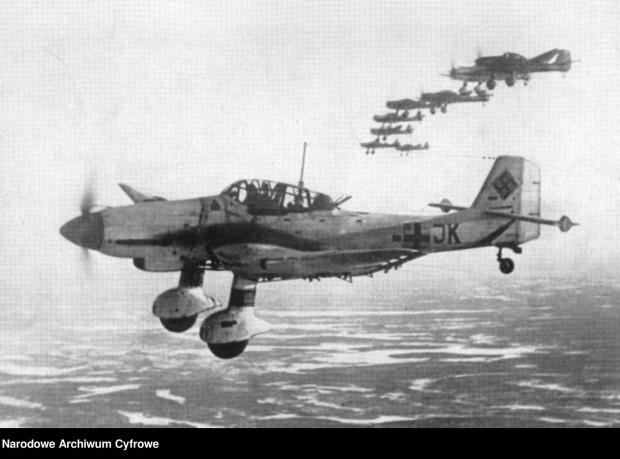 """Niemieckie samoloty Junkers Ju 87 D """"Stuka"""" we wrześniu 1939 r. precyzyjnie bombardowały polskie okręty w porcie w Helu oraz Wartownię nr 5 na Westerplatte."""