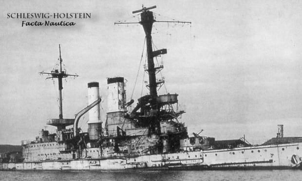 Wrak pancernika Schleswig-Holstein zatopiony w w porcie w Gdyni przez brytyjskie samoloty Avro Lancaster.