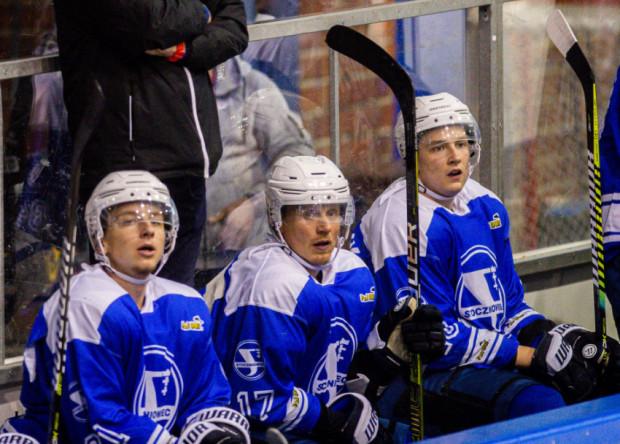 Josef Vitek (w środku) podjął się trudnej roli bycia mentorem w zespole złożonym głównie z młodzieży. Doskonale zdaje sobie sprawę, że Stoczniowca Gdańsk czeka bardzo trudny sezon.