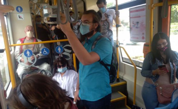 Zdecydowana większość pasażerów nosi w komunikacji miejskiej maseczki.